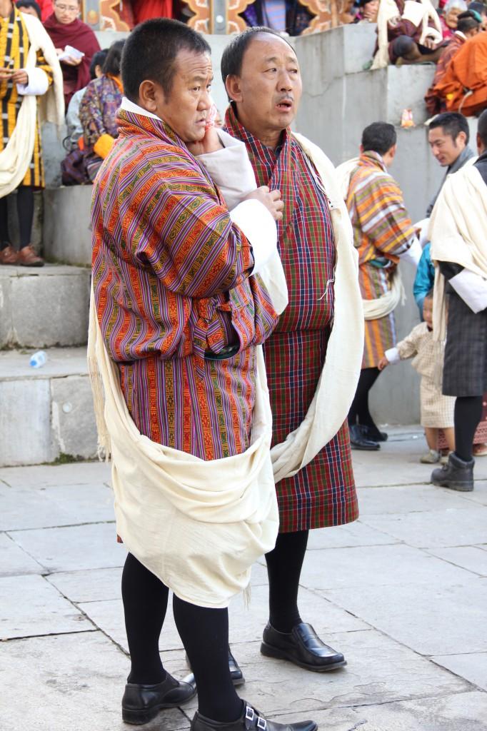 """bij officiele gelegenheden dragen de mannen een witte """"kabney"""" over hun gho, gemaakt van ongebleekte witte zijde."""