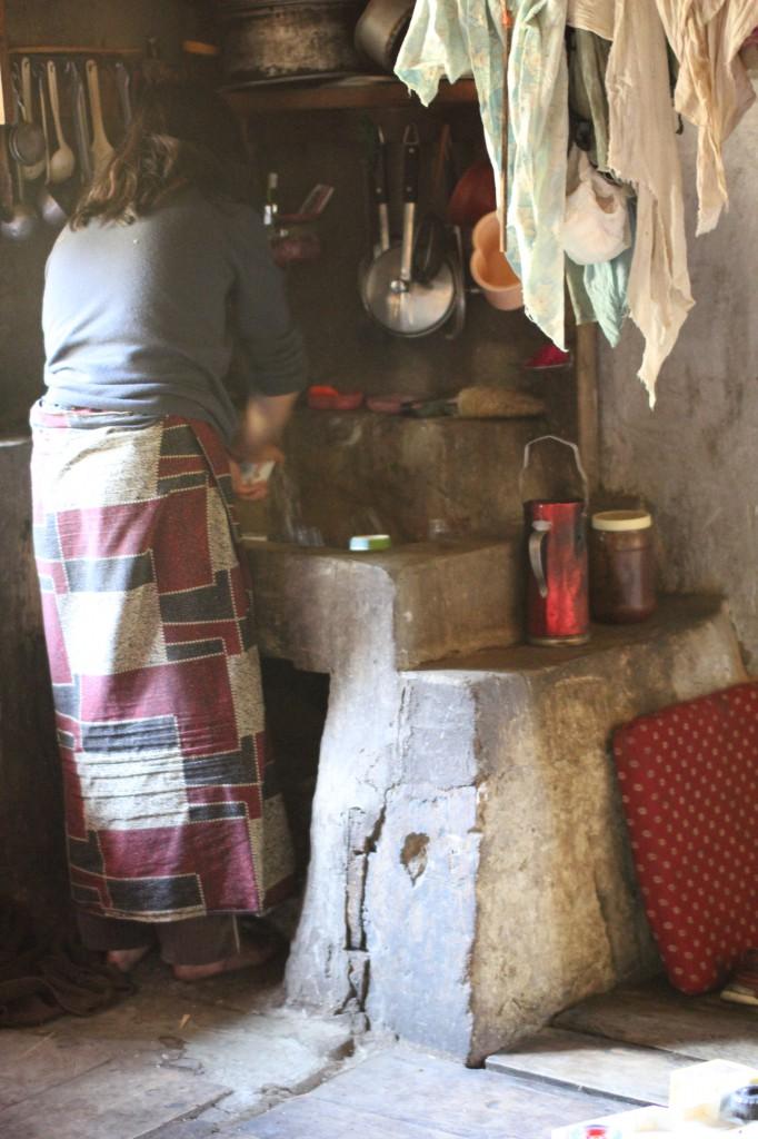 Bekers worden nog even afgewassen voor de thee.
