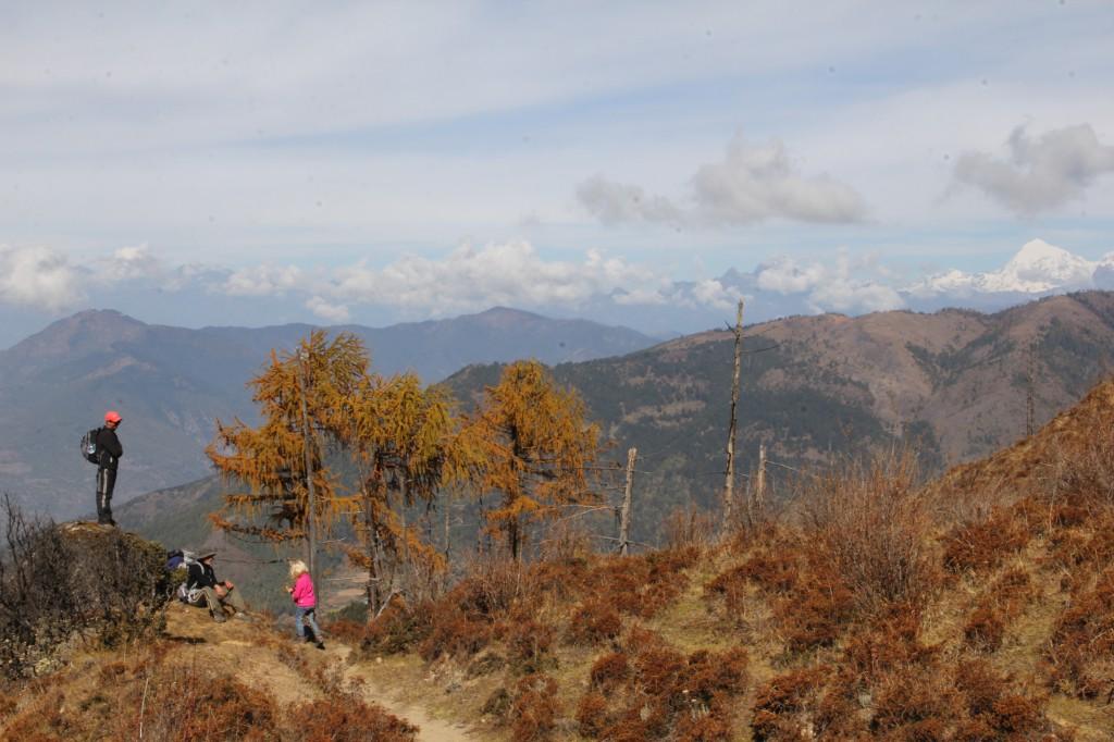helemaal rechts op de achtergrond de Jomolhari, met 7320 meter de hoogste berg van Bhutan