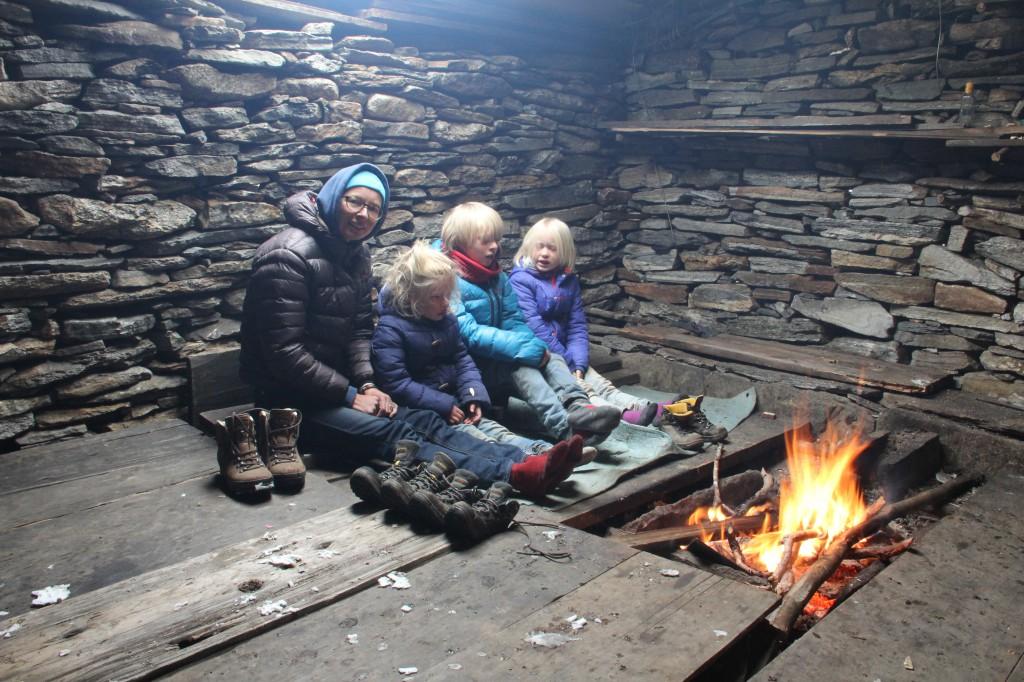 Even opwarmen in een yakherdershut voor vertrek naar het derde kamp.